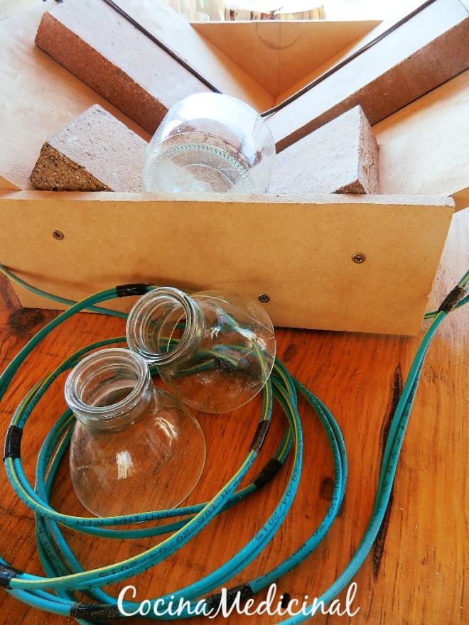 Reciclando botellas de vidrio.